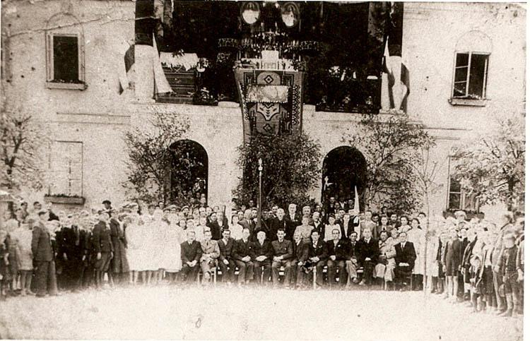 Uczestnicy mszy polowej przed budynkiem Magistratu w Warcie, 22.07.1945 r.