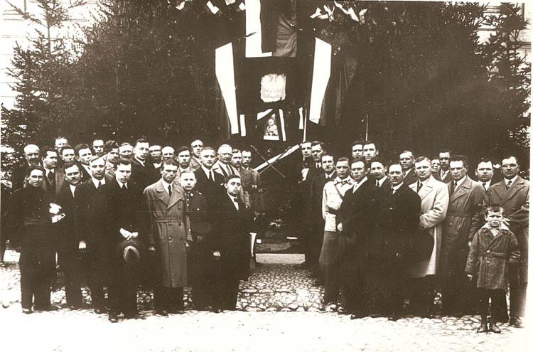 """Chór """"Lutnia"""" podczas uroczystości żałobnych na okoliczność śmierci Józefa Piłsudskiego, maj 1935 r."""
