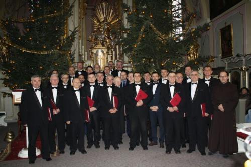 """Udział chóru """"Lutnia"""" we mszy świętej w Klasztorze Ojców Bernardynów"""